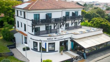 France_Single_Fin_Hotel_front_view_terras_0552-100