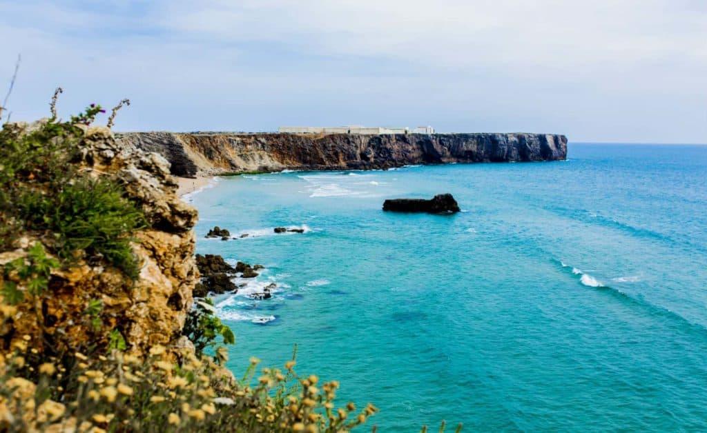 Prachtige kustlijn van de Algarve in Portugal je perfecte surfvakantie